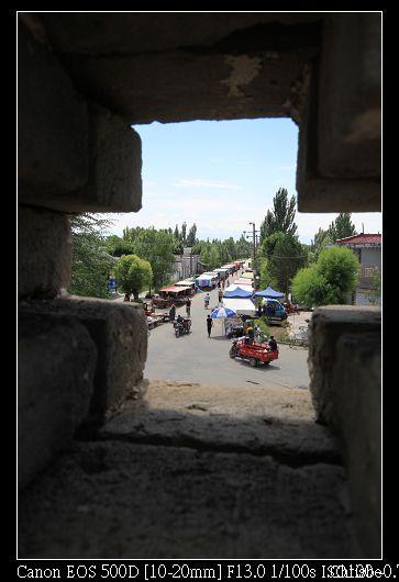 從城牆的空隙往外看