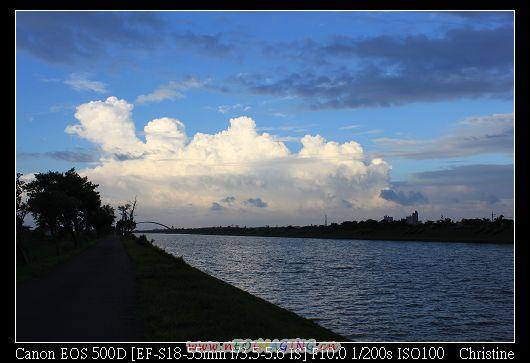 遠方雲的形狀好漂亮