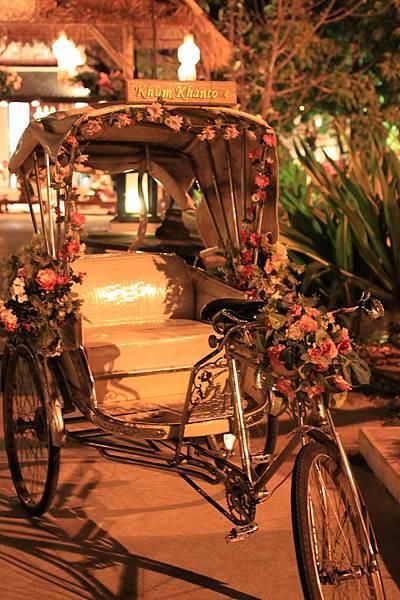 0123餐廳外的花花三輪車