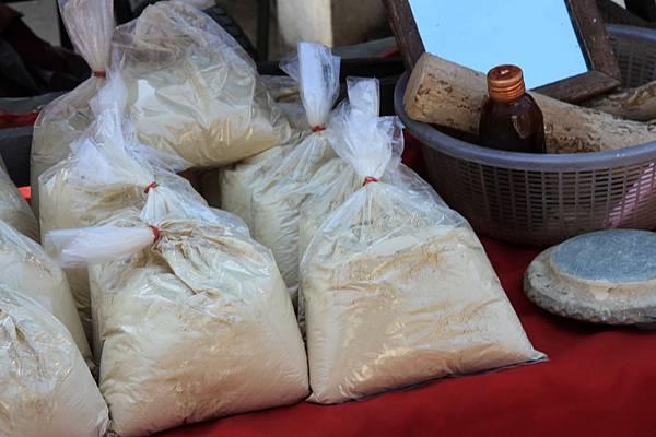 好像是麵粉 但包這樣很像在販毒