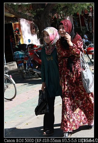路邊的少數民族女子