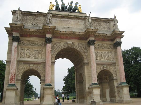 法-羅浮宮前