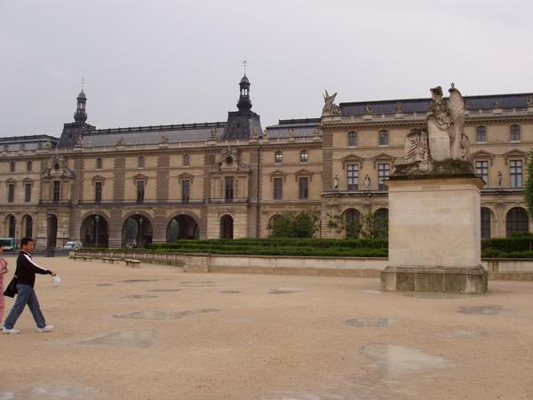 法--羅浮宮前