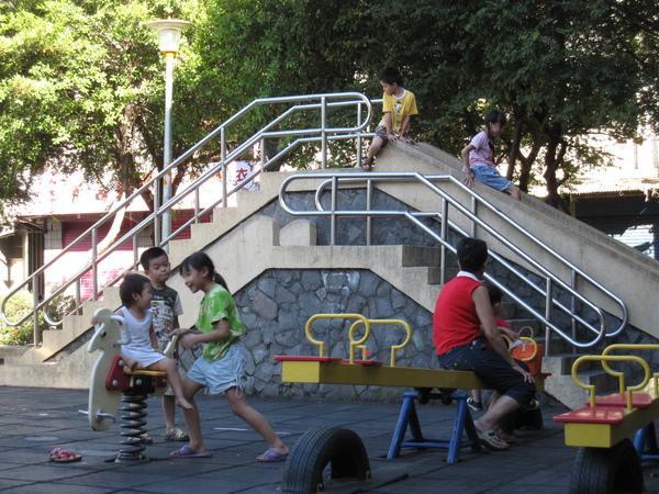 98.07.12 公園 (9).JPG