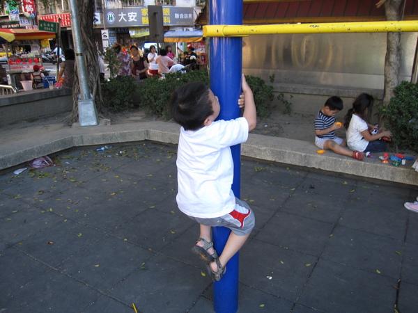 98.07.12 公園 (12).JPG