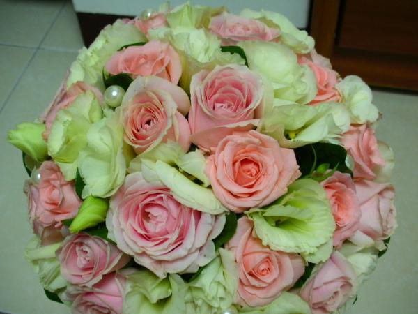 圖中比較大朵的玫瑰花~花名翡翠粉!顏色偏紫粉色