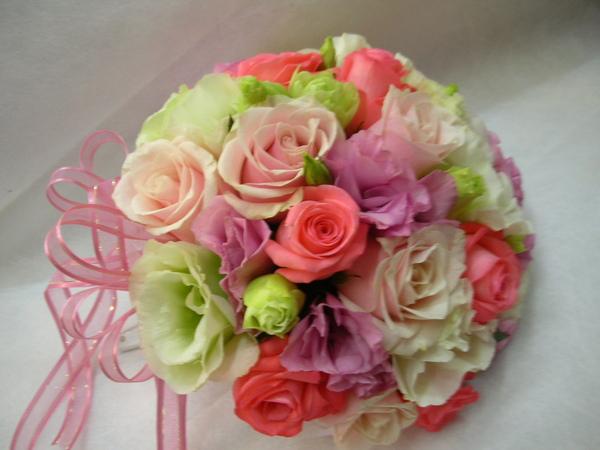 還是以玫瑰為主,桔梗為輔搭配捧花