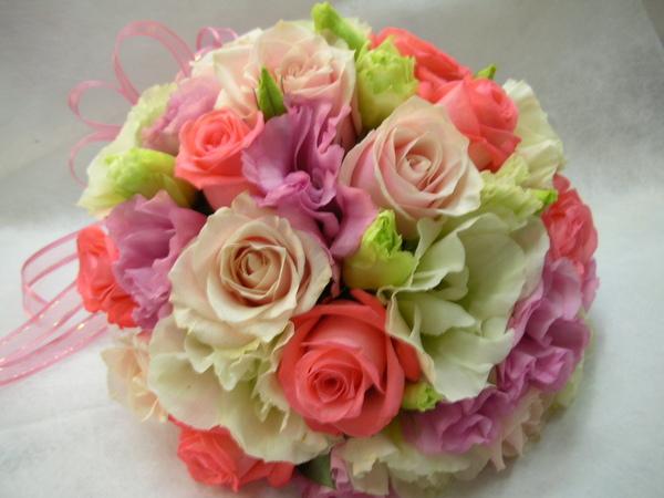 顏色較淺的是特級情人玫,每朵花苞像拳頭那麼大