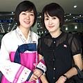兩個美麗大方的女導遊於平壤AIRPORT