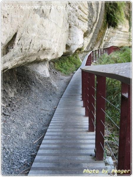 222_0098內凹的景象是頁岩被侵蝕而形成的.JPG