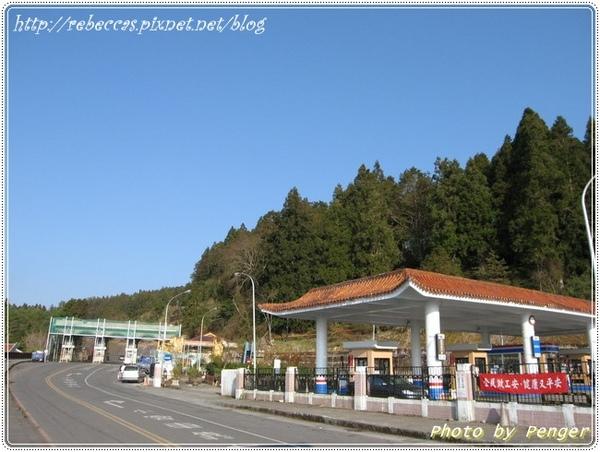 221_0105阿里山收費亭的門坊正在整修.JPG
