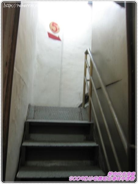 327_013上廂房前得先爬上僅一人通過的狹窄樓梯.jpg