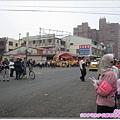 328_029眾人耐心等候媽祖的到來.JPG