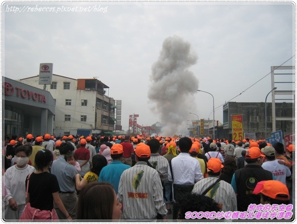 328_087整條大馬路全是滿滿的人.JPG