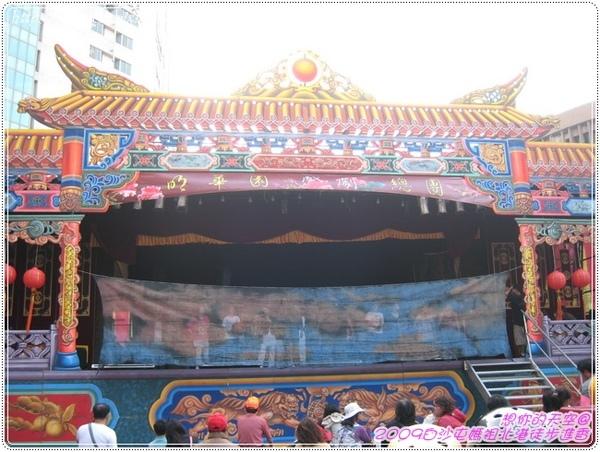 328_98 晚上有明華園歌仔戲可觀賞  薄紗後是演員在綵排.JPG