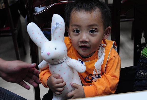 孩子很愛布農兔.JPG