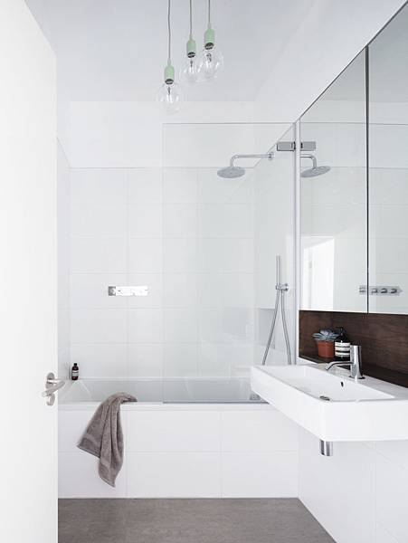 Larissa-Johnston-Architects-Islington-maisonette-air-white-outsized-tile-bath-London-11-733x977.jpg