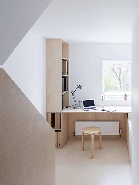 Larissa-Johnston-Architects-Islington-maisonette-birch-plywood-desk-landing-London-8-733x977.jpg