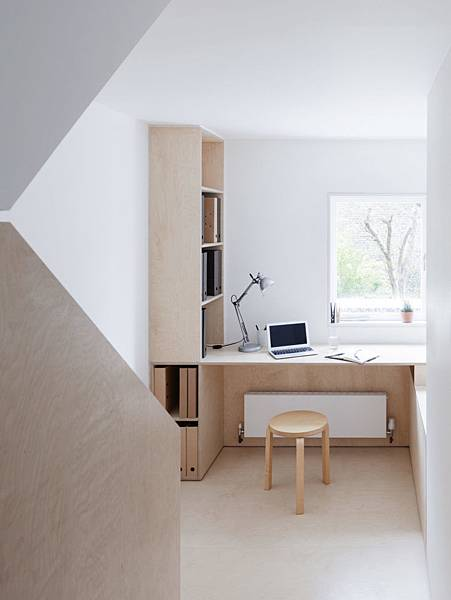 Larissa-Johnston-Architects-Islington-maisonette-birch-plywood-desk-landing-London-8-733x977.jpg