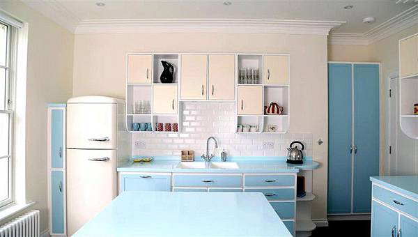 Spacious-kitchen-easily-pulls-off-the-retro-look-with-an-abundance-of-blue.jpeg
