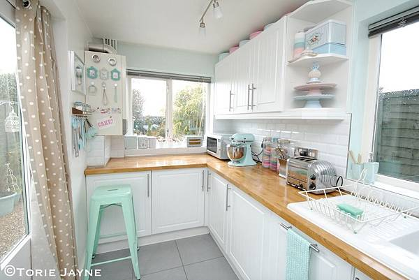 Tiny-kitchen-with-many-pastel-elements.jpeg