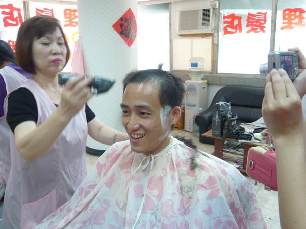 小剖 公主 都有來幫我舉行落髮儀式 我幫剪一刀