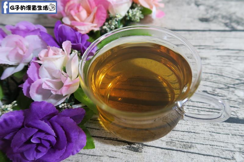 茶湯顏色就偏跟烏龍茶接近的茶咖啡色,聞起來有淡淡的薰衣草和薄荷香
