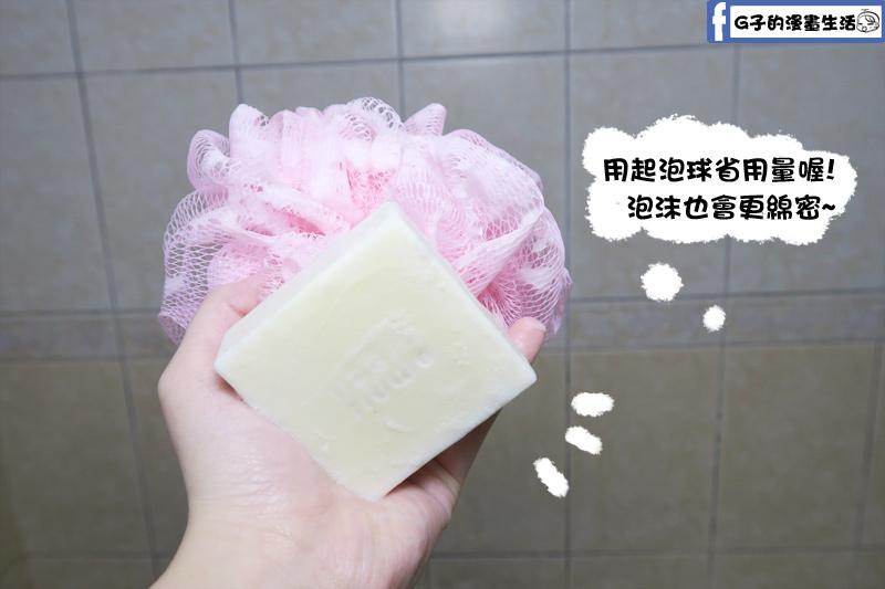 手工皂我習慣用沐浴球洗,歐米綠有附使用建議,也寫可用起泡網,用量更省,泡泡也更綿密喔!