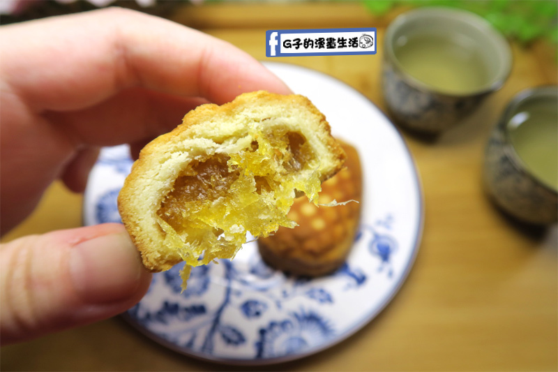 谷阿莫鳳梨酥-金黃色鳳梨酥中間的內餡甜充滿鳳梨纖維
