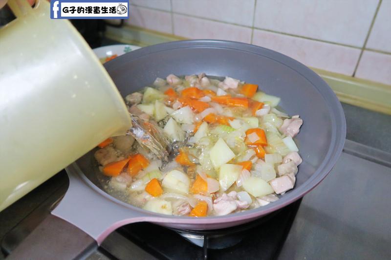 炒鍋加入1200cc的水
