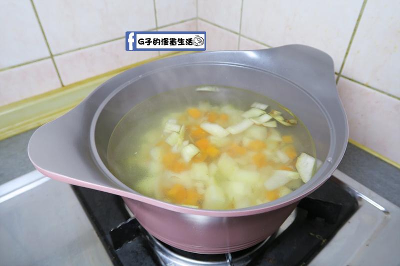湯鍋放入炒香的馬鈴薯.紅蘿蔔.洋蔥