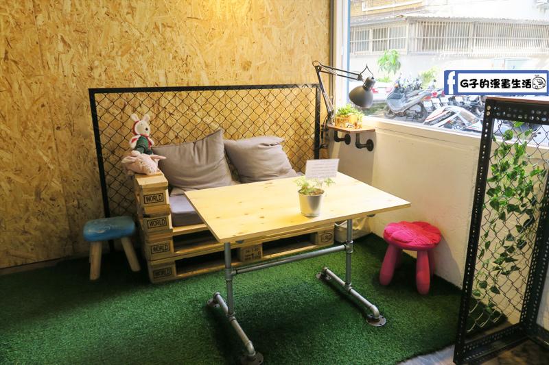 板橋 3PM 熱壓吐司專賣 店內座位不多 沙發區