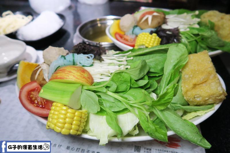 天鍋宴 天母店 台北火鍋 蔬果菜盤很多