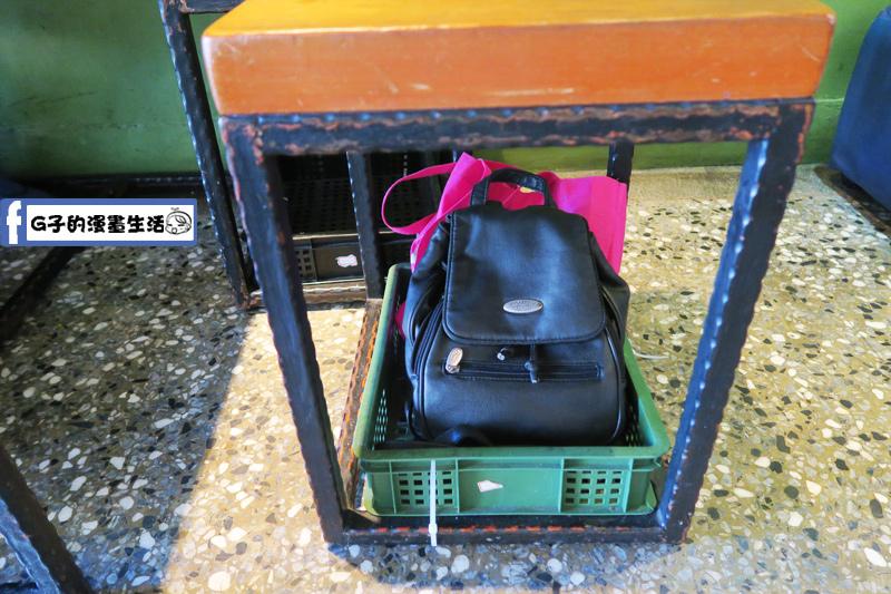 小廚房 kitchenette CAFE 椅子底下可放包包的置物籃