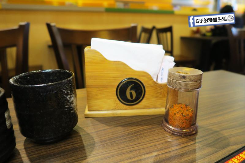 新丼 丼飯專賣店.桌上有餐巾紙.七味粉