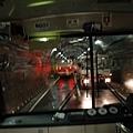 再轉搭巴士,走過山的隧道