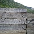 新光國小旁邊的圍牆都是這樣的雕刻木