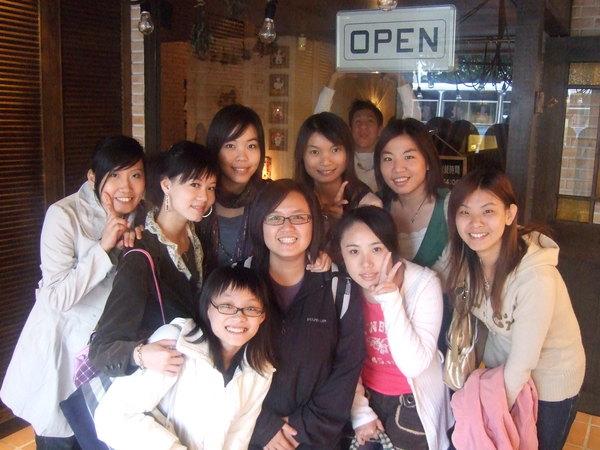 照這張照片時~幫忙照相的服務生笑得比我們開心