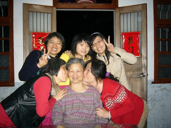 哈~看我媽和我小阿姨多三八但又多可愛阿