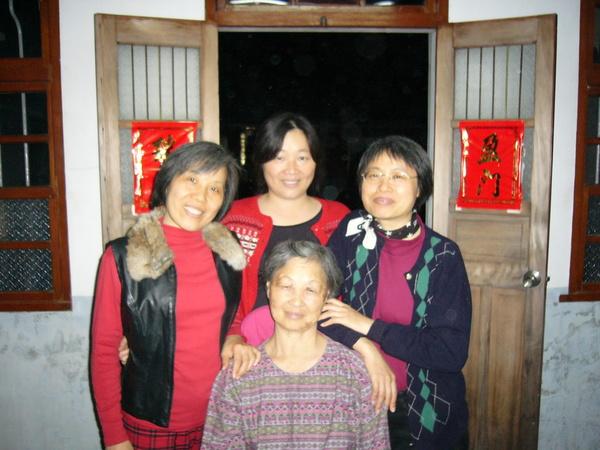 哈~看看我媽她們三姊妹長得像嗎?