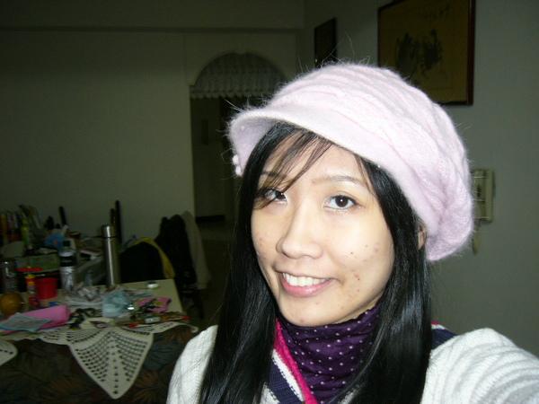 阿這是我新買的帽子~不過它其實是粉紅色的