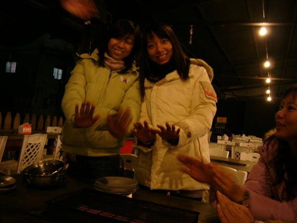 這兩位小姐可說是取暖的標準代表