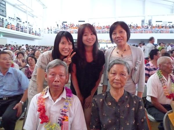站在我和我媽中間的是舅舅的女兒
