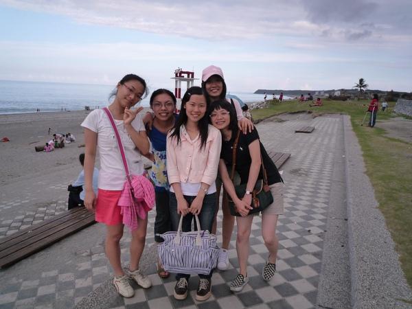 當我們在拍照的時候  有群女生向我們走過來