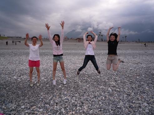 但是我們四人發揮青春洋溢的熱情在海邊跳阿跳的(鏡頭真的很難抓阿)