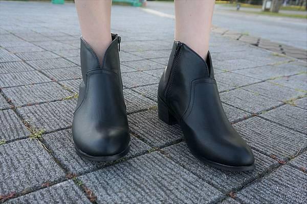 自信Look.素面小V口低跟短靴