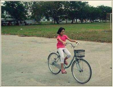 妹子學會了踩腳踏車