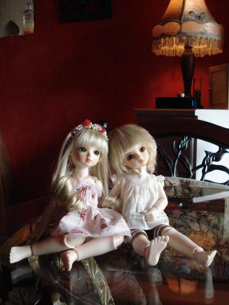 兩個古典娃和店內的古典佈置很合~