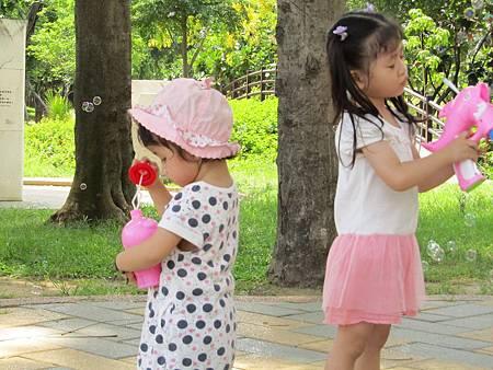 兩姊妹玩得很高興