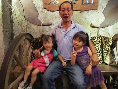 阿公和兩個寶貝